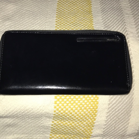 Kenneth Cole Handbags - Kenneth Cole Leather wallet
